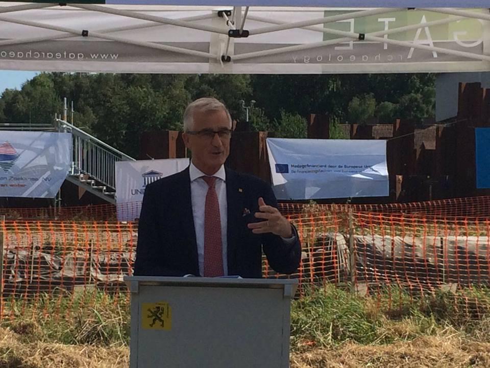 MP Geert Bourgeois op archeologische site in Kerkhove