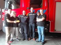 N-VA Avelgem overhandigt geschenk aan de jarige Avelgemse brandweer.